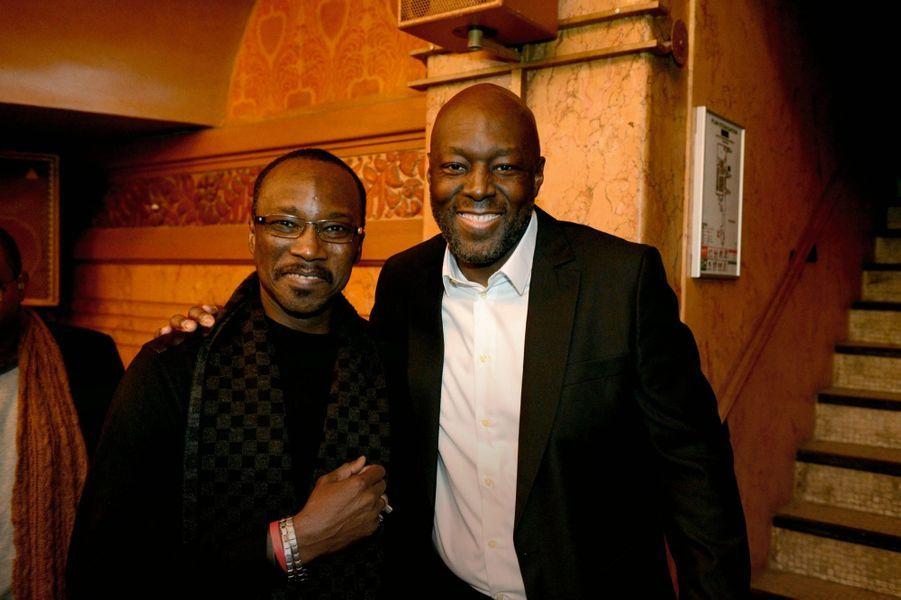 Le journaliste Robert Brazza et animateur de la soirée (à dr.) et le chanteur guinéen Kaabi Kouyaté.