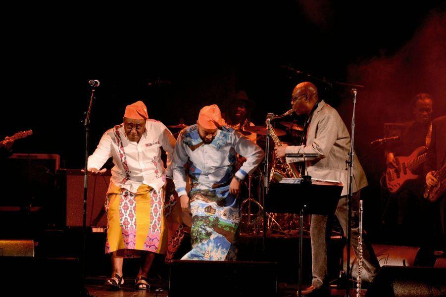 Salle John et son acolyte dansent sur le rythme ambassy-bey, ancêtre du makossa, une danse sawa-douala du Cameroun.