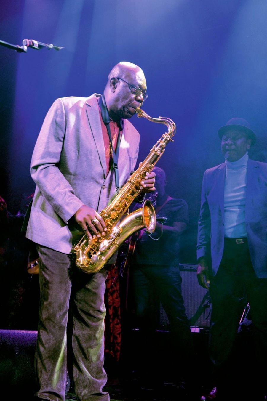A la fin de la soirée, Manu Dibango monte sur scène, et entonne un « Soul Makossa » d'anthologie avec ses musiciens.