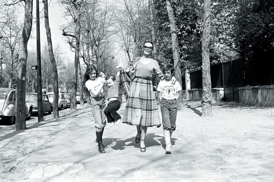 Dans une avenue de Neuilly, balade printanière avec (de g. à dr.) Lisa, Eve-Marie, Jean-Mehdi, le 12 avril 1976.