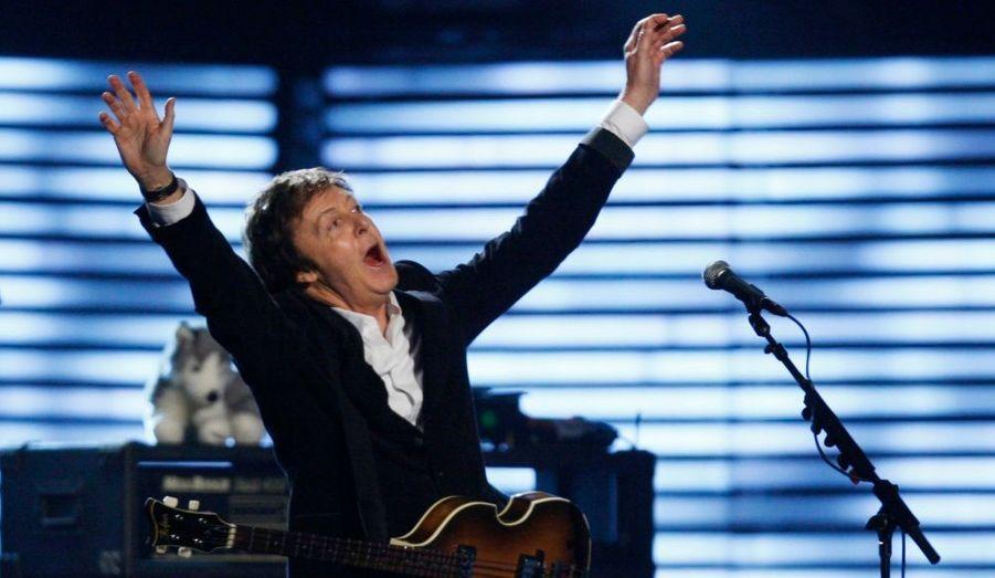 Les deux membres survivants des Beatles, Paul McCartney, 66 ans, et Ringo Starr, 68 ans, vont se réunir pour un concert de charité exceptionnel qui aura lieu le mois prochain à New York, relayent les médias britanniques ce matin. Les deux stars, qui n'ont plus chanté ensemble depuis l'hommage posthume à George Harrison en 2002, se retrouveront le 4 avril sur la scène du Radio City Music Hall de New-York. Ils ont donné leur accord à la David Lynch Foundation, qui promeut la méditation transcendantale dans les écoles. Sir Paul est lui-même un habitué de cette pratique. « Dans des moments de folie, ça m'a aidé à trouver des instants de sérénité », a-t-il reconnu.