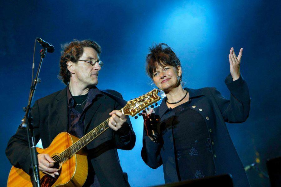 Maurane sur scène avec Francis Cabrel en juillet 2004.