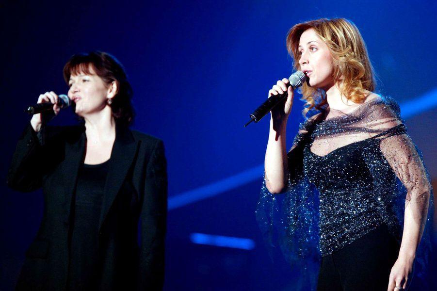 Maurane sur scène avec sa complice Lara Fabian, en février 2003, lors des Victoires de la musique.