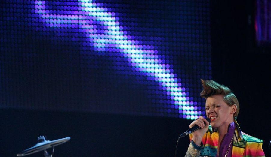 """Le duo anglais d'électropop La Roux, rendu célèbre par leur single """"Bulletproof"""", n'assurera pas ses concerts lors de la tournée des Inrocks (du 6 au 10 novembres). Selon un communiqué du label du tandem formé par Elly Jackson et Ben Langmaid mercredi, l'annulation des dates serait due à des problèmes d'ordre médical."""