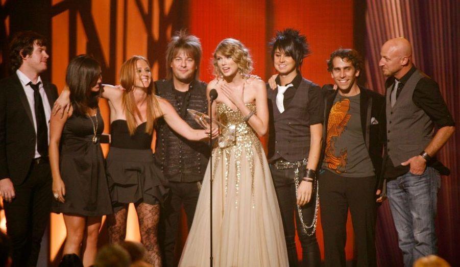 La jeune Taylor Swift a été consacrée par ses pairs de la musique country lors des traditionnels Country Music Awards qui se déroulaient mercredi soir à Nashville. Elle a notamment reçu le prix de l'artiste de l'année.