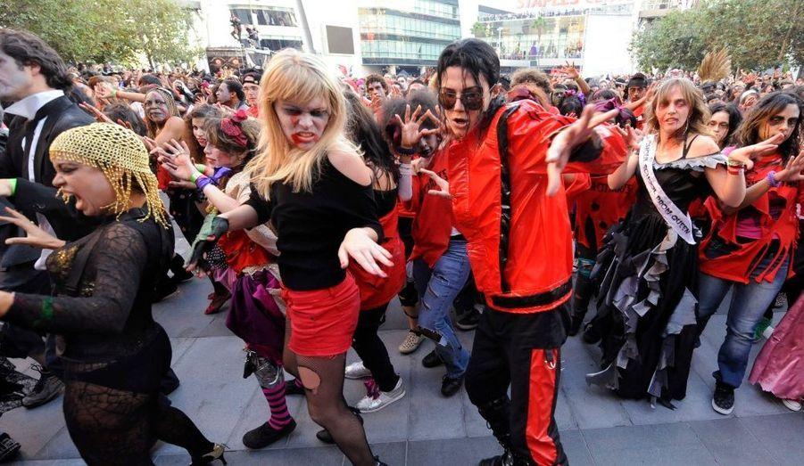 La mode des grands rassemblements dansants à la gloire de Michael Jackson n'est pas prête de s'estomper. Les fans du Roi de la pop se sont rassemblés à Los Angeles pour tenter de battre le record du monde mexicain.