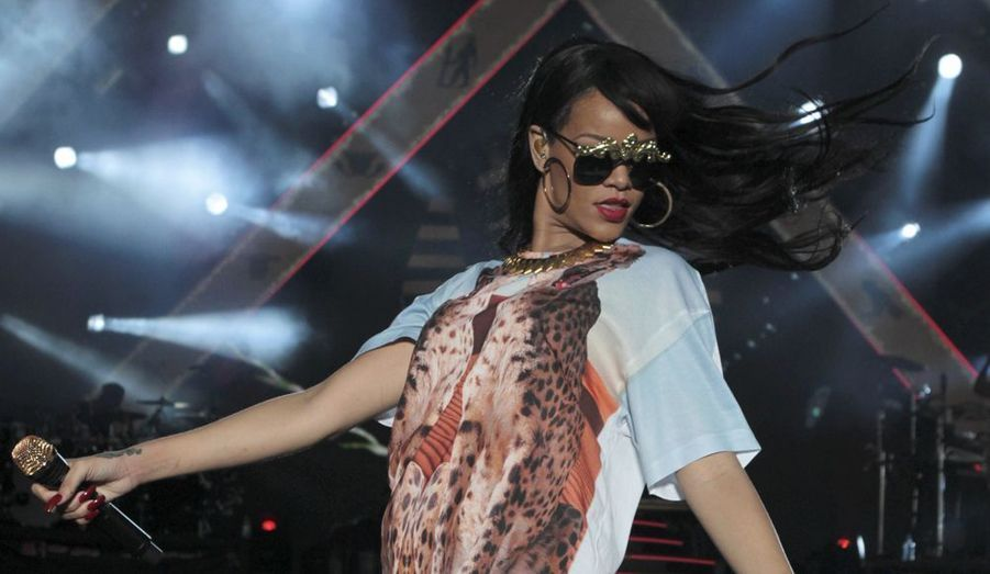 Dans une tenue sexy en résilles, la star native de La Barbade a fait sensation lors du festival londonien. De nombreuses personnalités de la musique se sont succédé pour le plus grand plaisir de la foule.