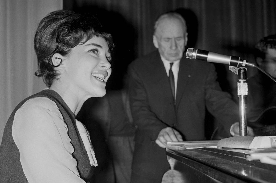 Rika Zaraï chantant sur la scène de Bobino, à Paris, le 31 janvier 1964.