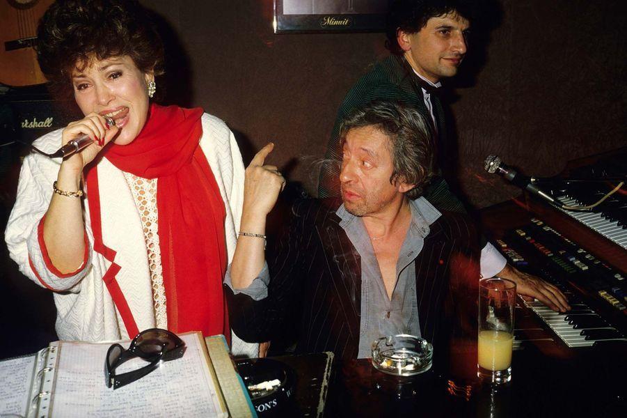 Rika Zaraï chante accompagnée de Serge Gainsbourg, dans les années 90 à Paris.