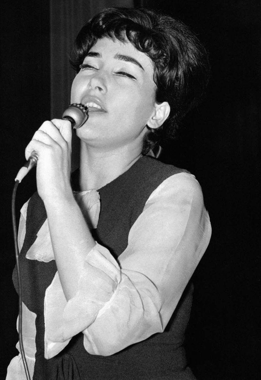 Rika Zaraï chantant sur la scène de Bobino, à Paris, France le 31 janvier 1964.