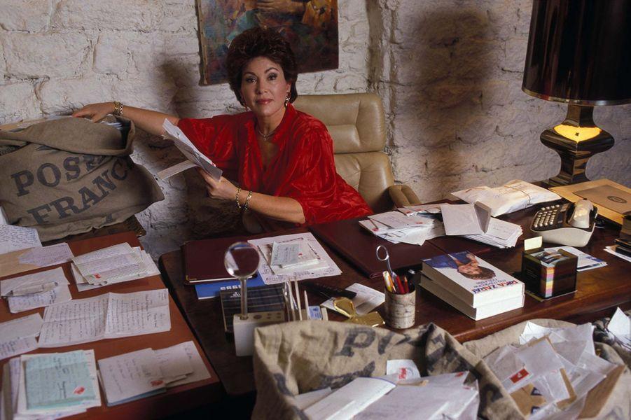 Portrait de la chanteuse israélienne Rika Zaraï à son bureau le 6 janvier 1986.