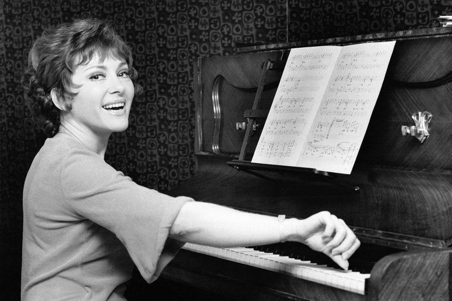 Portrait de la chanteuse Rika Zaraï jouant du piano le 24 août 1972.