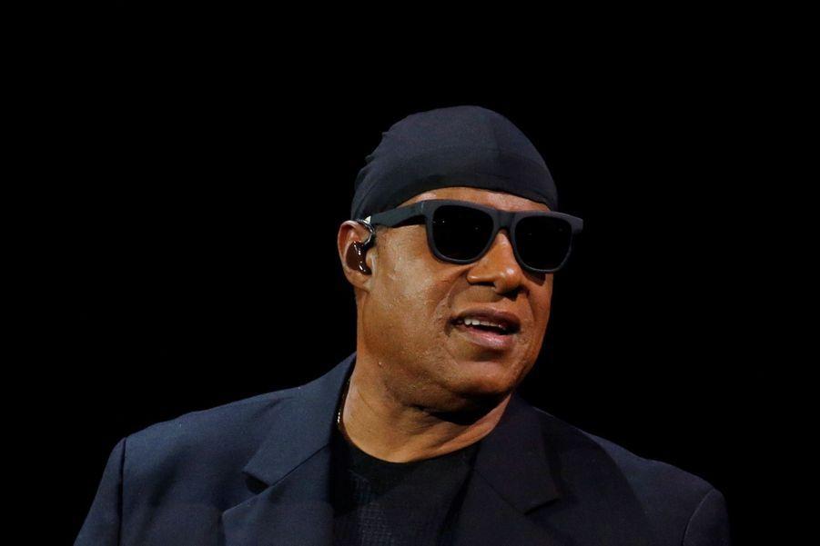 Stevie Wonder S'agenouille Durant Un Concert Contre La Pauvreté 3