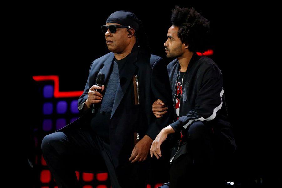 Stevie Wonder S'agenouille Durant Un Concert Contre La Pauvreté 5