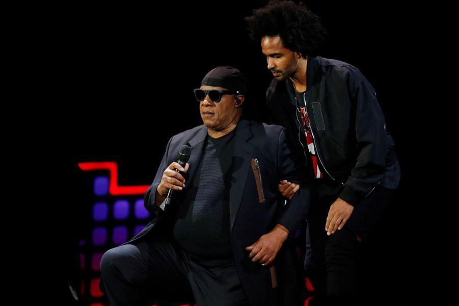 Stevie Wonder S'agenouille Durant Un Concert Contre La Pauvreté 7
