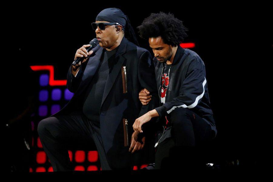 Stevie Wonder S'agenouille Durant Un Concert Contre La Pauvreté 8