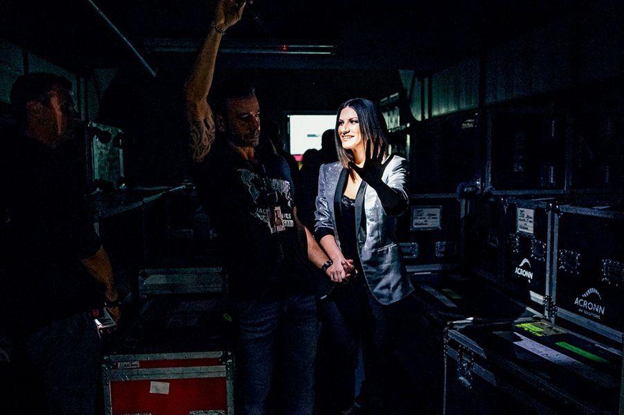 En backstage avec son staff, juste avant de monter sur scène