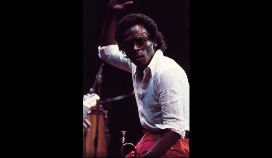 Miles Davis sur scène lors d'un concert à l'Ahmonson Theatre, Los Angeles, mai 1973