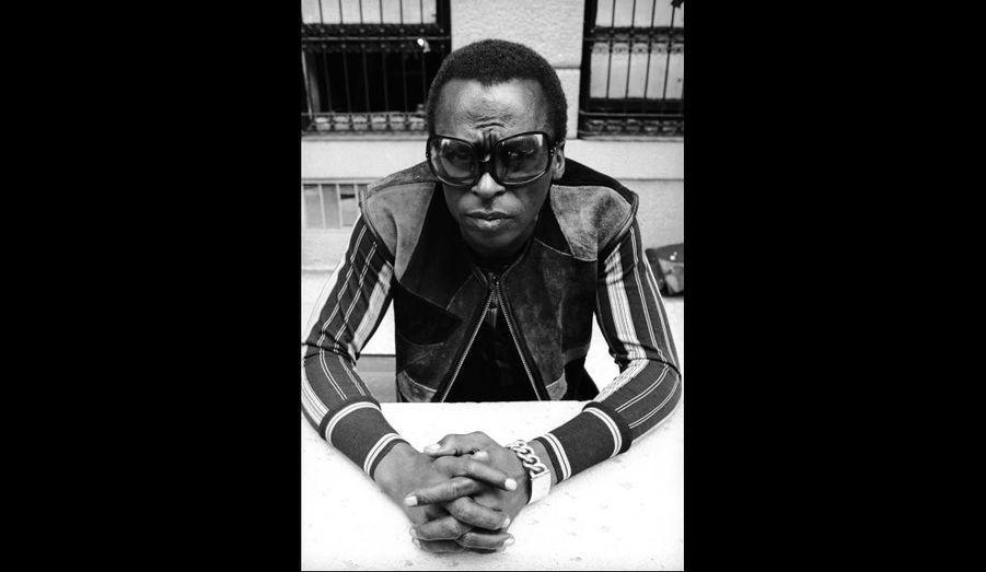 Photo tirée d'une séance réalisée au domicile de Miles Davis à New York en 1969. Une image proche de celle-ci fut utilisée en couverture du magazine Rolling Stone la même année.
