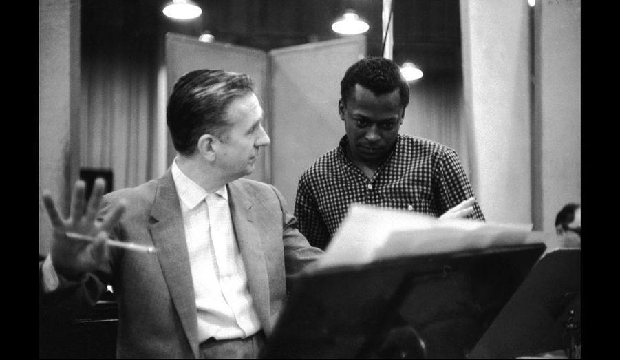 """Miles Davis et Gil Evans pendant l'une des séance d'enregistrement de l'album """"Miles Ahead"""" dans les studios Columbia en 1957"""