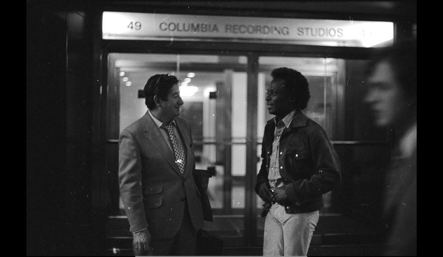 Miles Davis et le producteur Teo Macero devant les studios de Columbia, 1971