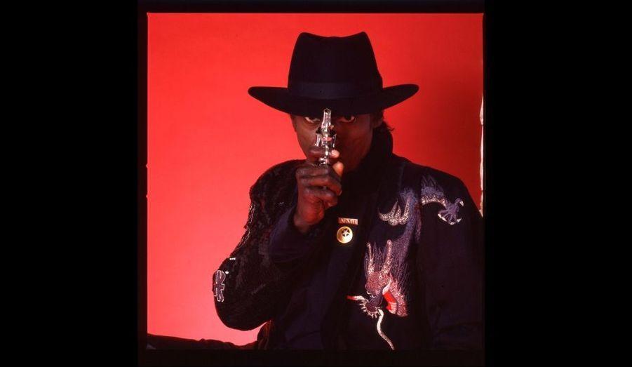 Photo tirée de la série réalisée pour la pochette de l'album You're Under Arrest, 1985