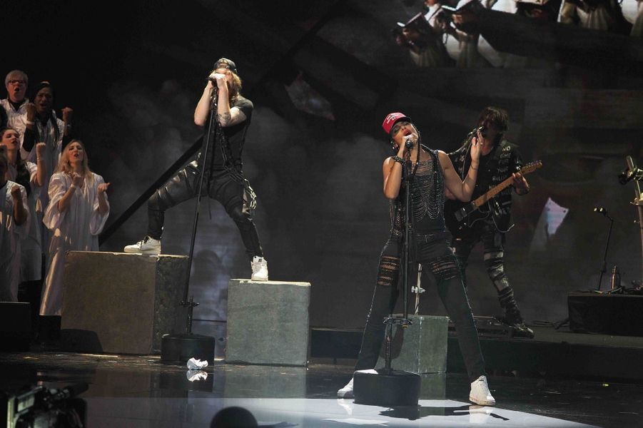 Shaka Ponk sur la scène des Victoires de la musique 2019.