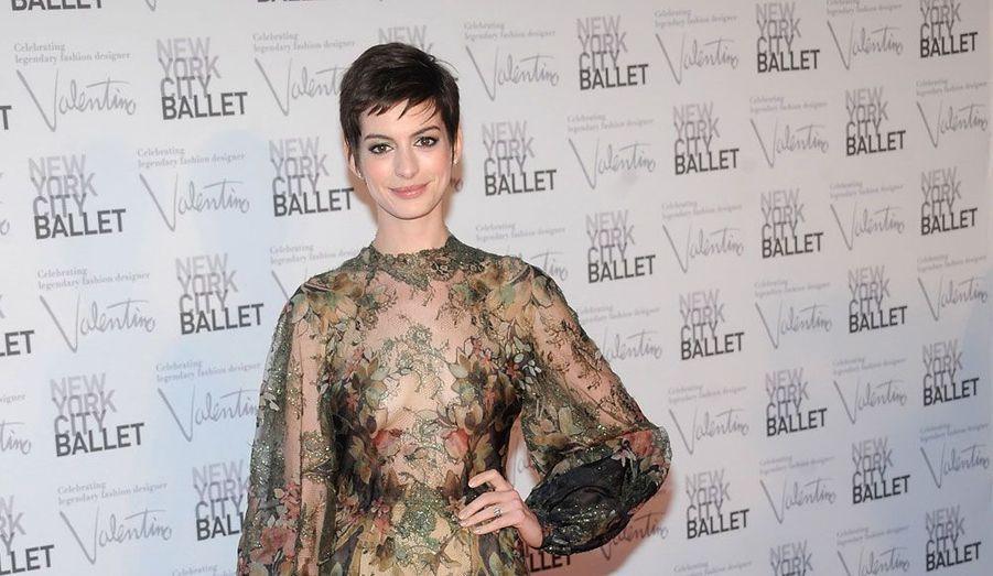 Pour célébrer l'ouverture de la saison 2012-2013 du fameux ballet de la ville de New York, un spectacle unique a été présenté à plus de 800 personnes. Parmi lesquelles de grandes célébrités du milieu artistique, dont Anne Hathaway qui a attiré tous les regards, dans sa robe en voile transparent.