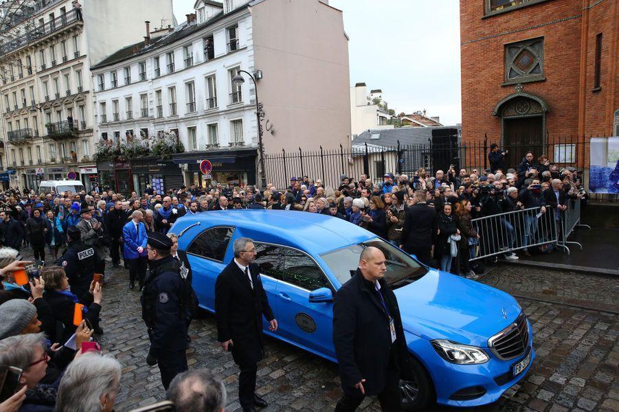 Le corbillard bleu arrive à l'église