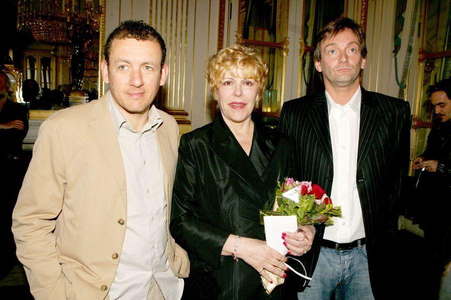 Dany Boon et Pierre Palmade entourent Sylvie Joly à sa remise de l'insigne de Chevalier des Arts et des Lettres, en juin 2006