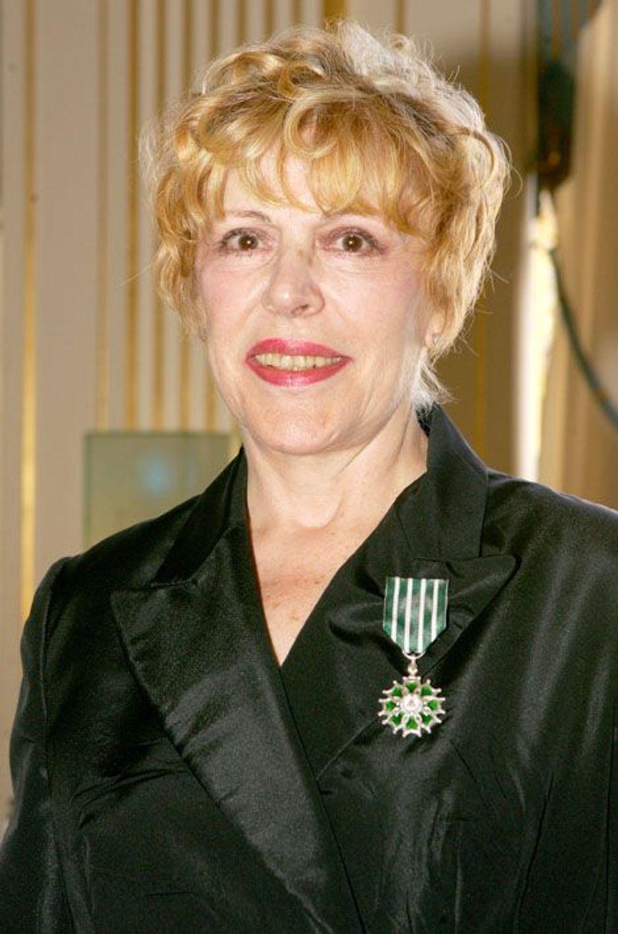 Sylvie Joly à sa remise de l'insigne de Chevalier des Arts et des Lettres, en juin 2006