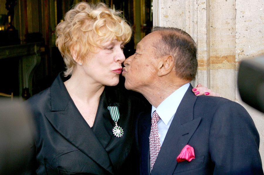 Sylvie Joly et Henri Salvador à sa remise de l'insigne de Chevalier des Arts et des Lettres, en juin 2006