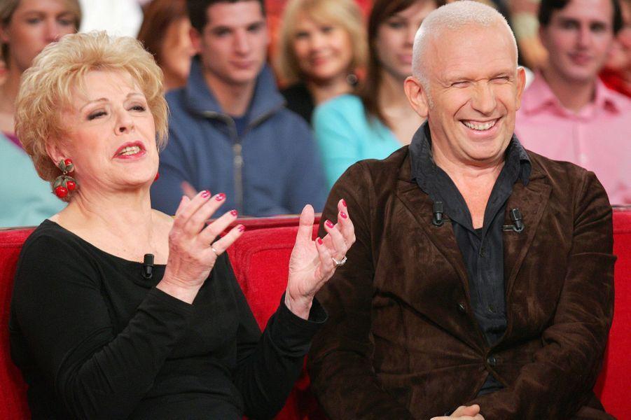 """Sylvie Joly et Jean Paul Gaultier sur le plateau de """"Vivement dimanche"""" en novembre 2005"""