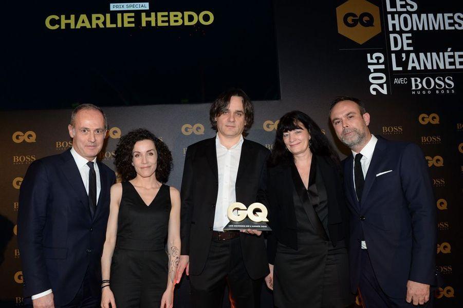 AU CENTRE, RISS, ET DES MEMBRES DE LA RÉDACTION DE CHARLIE HEBDO