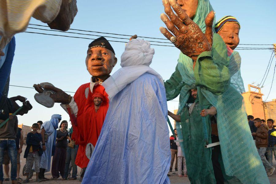 Parade Azalay, marionnettes géantes,Festival international des Nomades à M'hamid El Ghizlane, Zagora, Maroc. Mars 2017.