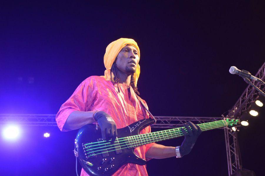 Bassiste de Bombino, Rock Touareg auFestival international des Nomades à M'hamid El Ghizlane, Zagora, Maroc. Mars 2017.