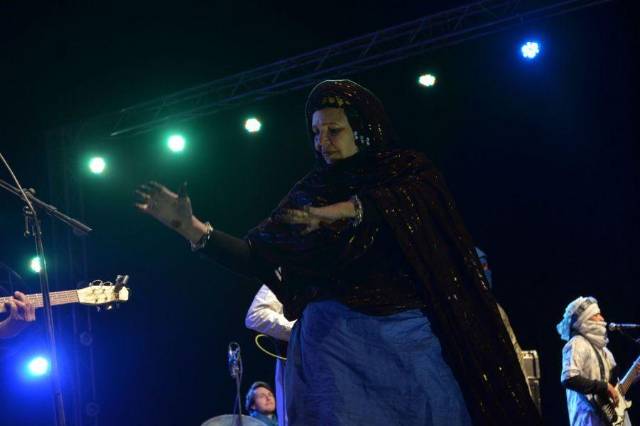 Femme Touareg danse avec les musiciens du groupe Terakeft.
