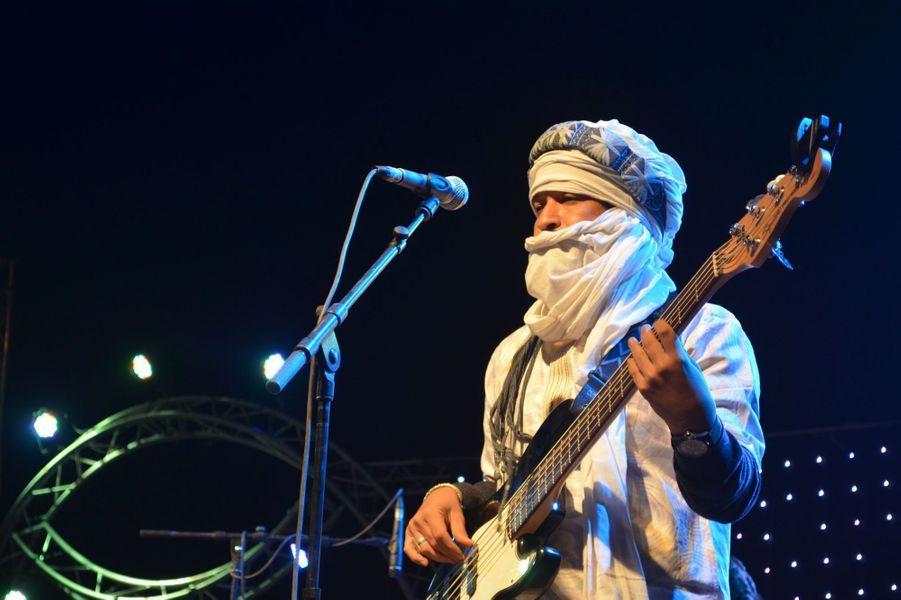 Cheikh du groupe Tamikrest joue avec le groupe Terekaft,Festival international des Nomades à M'hamid El Ghizlane, Zagora, Maroc. Mars 2017.