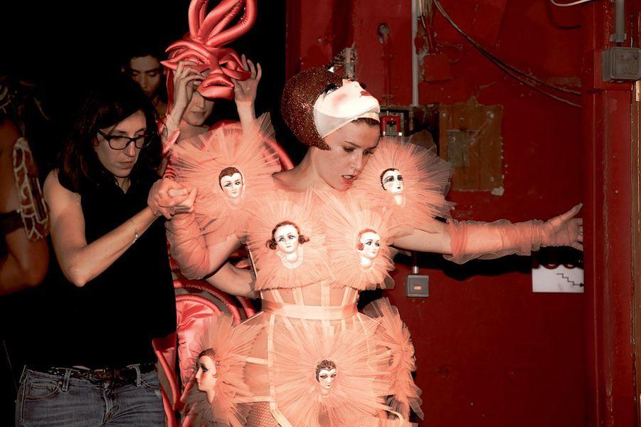Robe-poupées très « cocotte », un clin d'œil aux premières habituées des Folies Bergère.