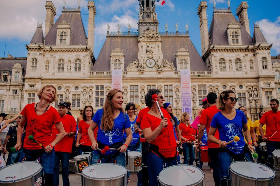 Des Marionnettes géantes du Mozambique, des percussionnistes et des clowns pour l'ouverture en fanfare du Châtelet à Paris.