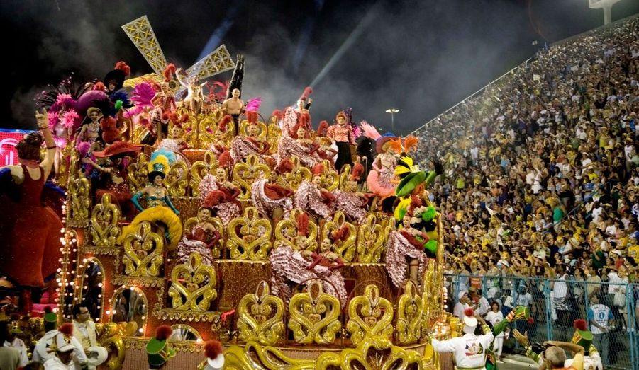 Dimanche 22 février, 23 h 10 : arrivée du char du Moulin-Rouge. Le carnaval est l'équivalent d'une coupe du monde pour la samba, et le sambodrome est son stade. Les écoles sont notées sur de nombreux critères : costumes, chants, danses, mais aussi impression d'ensemble, coordination et respect du thème imposé.