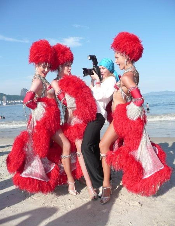 Redescendues au niveau de la mer, les filles paradent devant Vlada, notre photographe... et elle-même ancienne danseuse du Moulin-Rouge.
