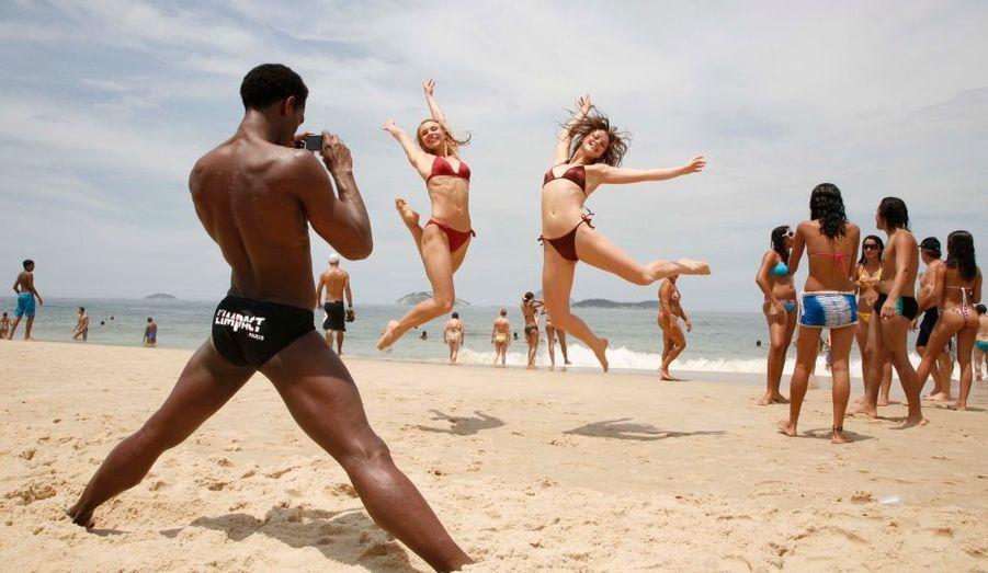 Les filles ne manquent pas de ressort et le prouvent devant l'objectif du danseur cubain du groupe, Mickaël Brown.