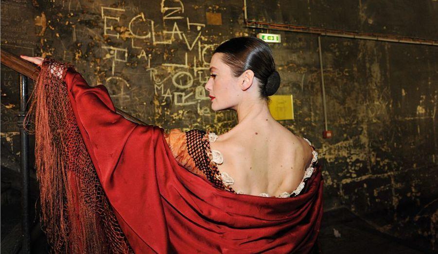 A force de discipline, de passion et de grâce, elles ont atteint le firmament. Les danseuses étoiles sont au sommet de la hiérarchie de la compagnie de l'Opéra de Paris, le plus prestigieux ballet classique au monde. Pour y parvenir, leur vie a été rythmée par les concours : intégrer l'Ecole de danse de l'Opéra de Paris, puis gravir un à un tous les échelons, quadrille, coryphée, sujet, première danseuse. Elles posent pour Paris Match au Palais Garnier, dans le costume du rôle qui les a consacrées étoiles. Ici, Aurélie Dupont. Aurélie Dupont.Petite fille timide, elle s'est épanouie grâce à la danse. « C'était la bulle où je me réfugiais ». En 1998, elle est nommée étoile.