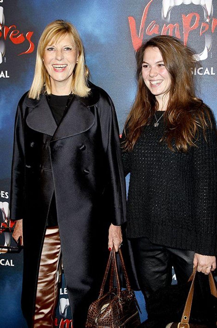 """Chantal Ladesou et sa fille Clémence Ansault à la première de la comédie musicale """"Le Bal des Vampires"""" au théâtre Mogador le 16 octobre à Pa..."""