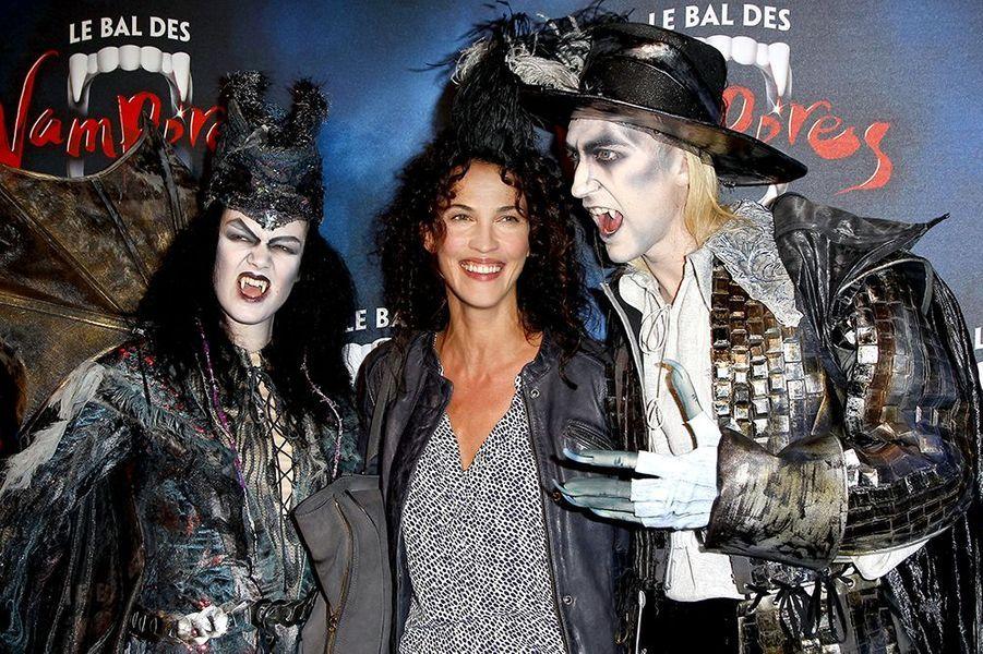 """Linda Hardy à la première de la comédie musicale """"Le Bal des Vampires"""" au théâtre Mogador le 16 octobre à Paris"""