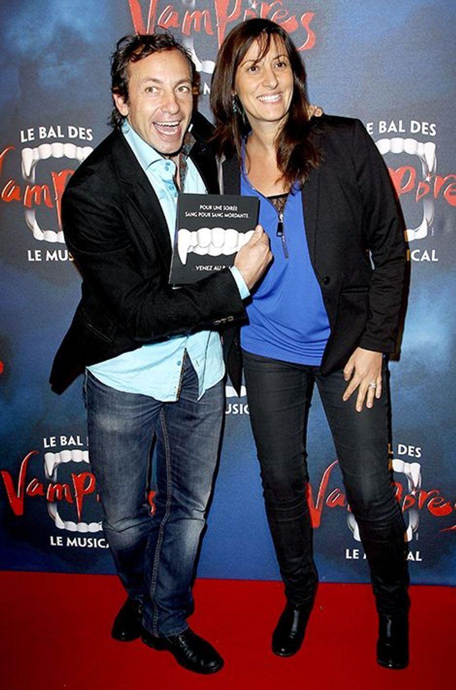 """Philippe Candeloro et son épouse Olivia à la première de la comédie musicale """"Le Bal des Vampires"""" au théâtre Mogador le 16 octobre à Paris"""