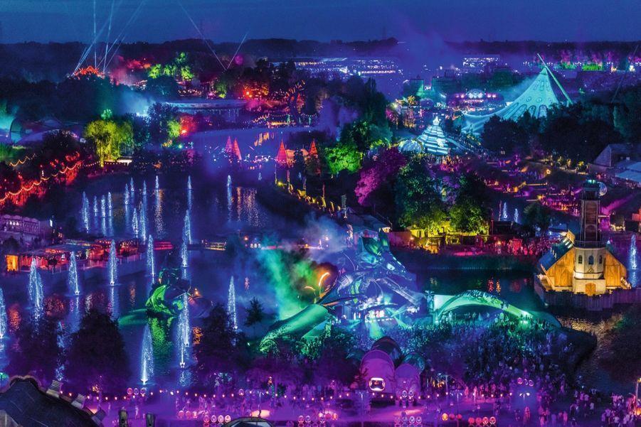 Fontaines, fumées et éclairages fluo : l'univers fantastique du festival.