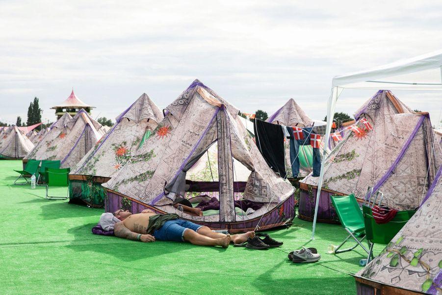 Ici, l'ombre est un luxe. Dreamville et ses 38 000 places de camping.