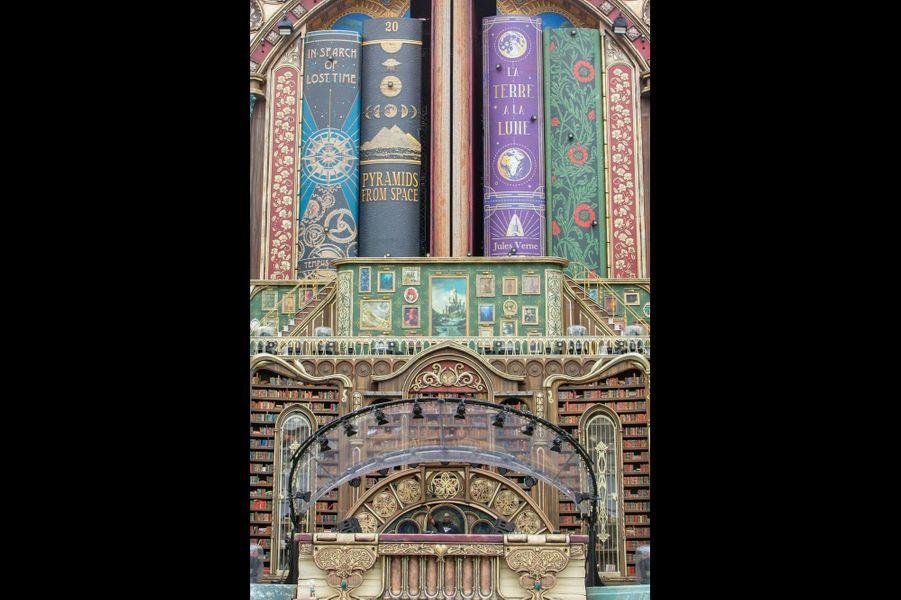 Sur les tranches des livres, des clins d'œil aux festivals précédents… à déchiffrer selon son état.